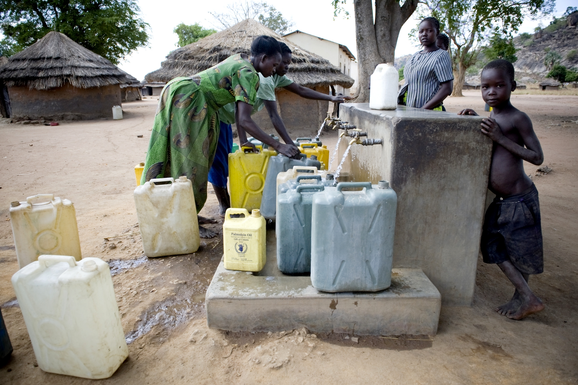 Nel mondo 663 milioni di persone non hanno accesso all'acqua potabile e un terzo della popolazione - 2,4 miliardi di persone - non dispone di servizi igienico-sanitari adeguati.