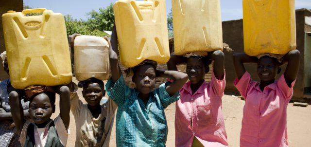 Nel mondo 663 milioni di persone vive senza accesso all'acqua potabile. Ogni giorno 1.000 bambini muoiono a causa di malattie come la diarrea, legate all'uso di acqua non sicura, e di assenza di servizi igienici e sanitari adeguati.