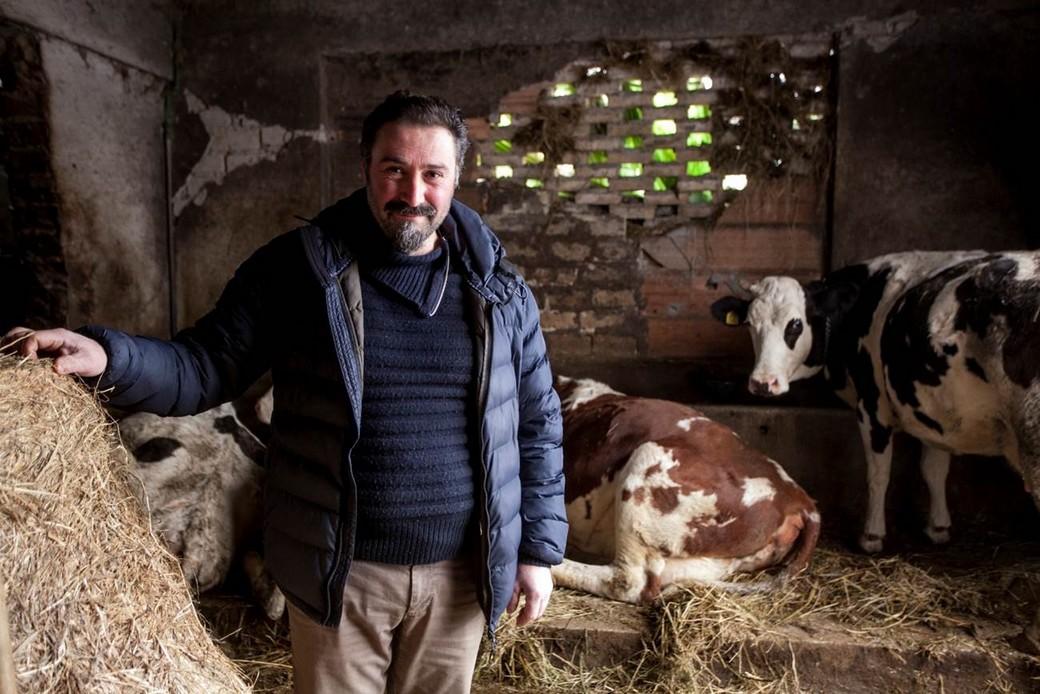 Marco, allevatore di Amatrice, ha ricevuto da Cesvi una mungitrice e un frigorifero per lo stoccaggio del latte. Foto di Roger Lo Guarro.
