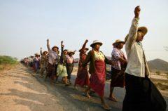Gli abitanti di un villaggio nel Myanmar nord-occidentale protestano contro un progetto di estrazione del rame che ha portato all'espropriazione di terreni. Credits: Soe Zeya Tun/REUTERS 2013.