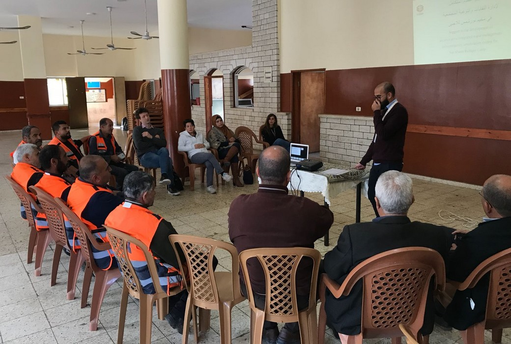 Lo staff Cesvi spiega agli operatori di UNRWA come impiegare i nuovi dispositivi di sicurezza. Tulkarem, Palestina, dicembre 2017.